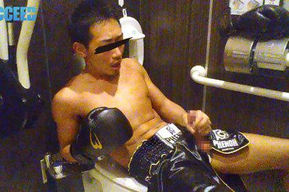 AKIRA『初撮りセルフ顔射アナニ―&公衆トイレで自撮りオナニー』.jpg
