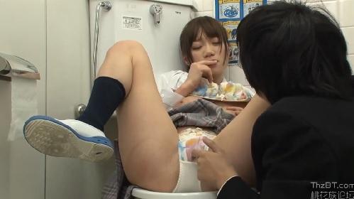 巨乳の女子校生が校内でお小遣い稼ぎ!?男子生徒とトイレでこっそりエッチ