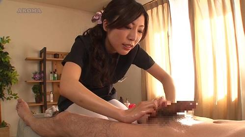 美人エステシャンが亀頭から睾丸までオイルをたっぷり使い濃厚なハンドマッサージ
