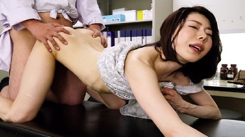 夫がEDで欲求不満な人妻に強力媚薬を使ってハメちゃう悪徳医師