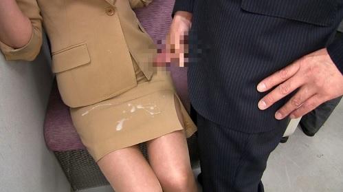 艶堂しほり電車内でタイトスカートを履いた熟女が痴●されぶっかけられる