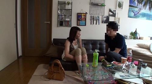 ナンパした五十路の熟女妻にデカチンを見せつけてSEXを隠し撮り