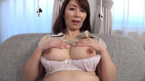 翔田千里 五十路美熟女妻がオナニーを見せつけて勃起したチンポをフェラ抜き