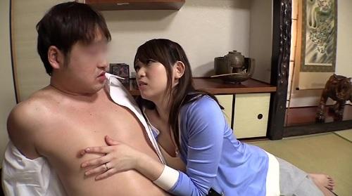 井上瞳ノーブラ乳首ポッチで息子の友達を誘惑してエッチしちゃうエロい若妻