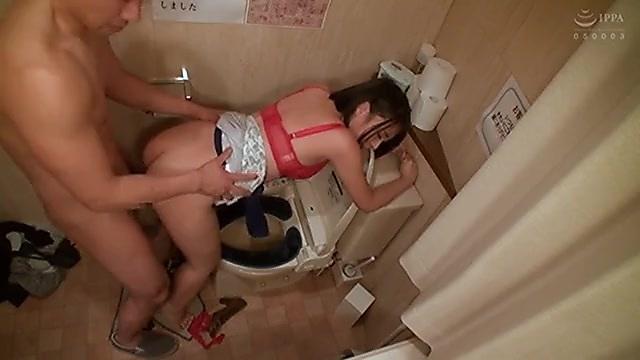 コンパで酔い潰れてトイレで寝ちゃった女子大生がハメられ中出しされる