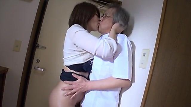 推川ゆうり 診察に訪れた巨乳人妻に媚薬を処方して中出しセックスする悪徳薬剤師