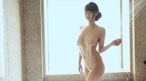 セクシー水着を着てシャワーを浴びる巨乳の美人お姉さん