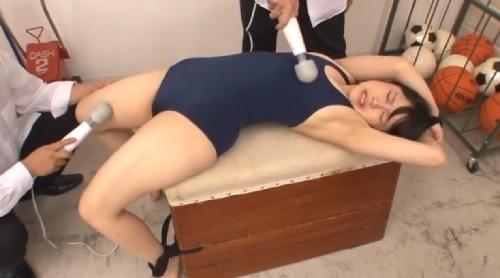 涼海みさ 跳び箱に拘束されたスク水を着た女子生徒が電マで強制アクメさせられる