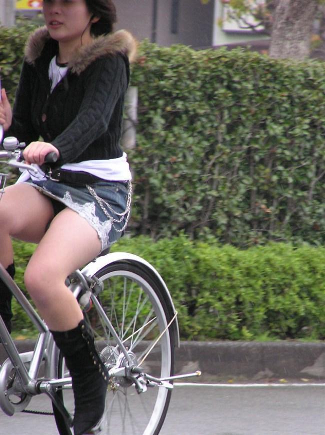 パンツ丸見え!ミニスカなのに自転車に乗ると当然こうなるwwwwwwww0005shikogin