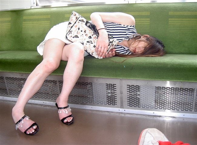 電車内で寝てしまいお股が緩んでしまうお姉さん可愛すぎwww0001shikogin