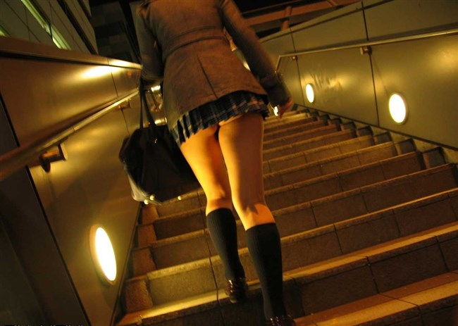 JKを階段下から見上げると高確率でこうなるwwwww0001shikogin