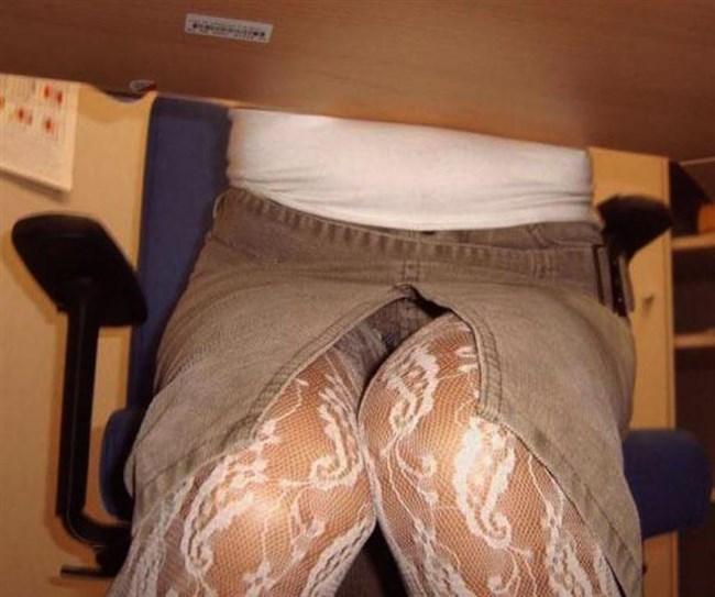 ミニスカ女子が座る机の下がまさかのお股ゆるゆるパラダイスwwww0006shikogin