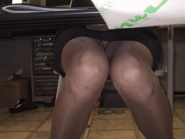 ミニスカ女子が座る机の下がまさかのお股ゆるゆるパラダイスwwww0002shikogin