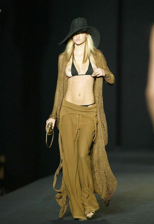 すっけすけ衣装で乳首が丸見えなのに平気でランウェイを歩くモデルのお姉さんwwww0020shikogin