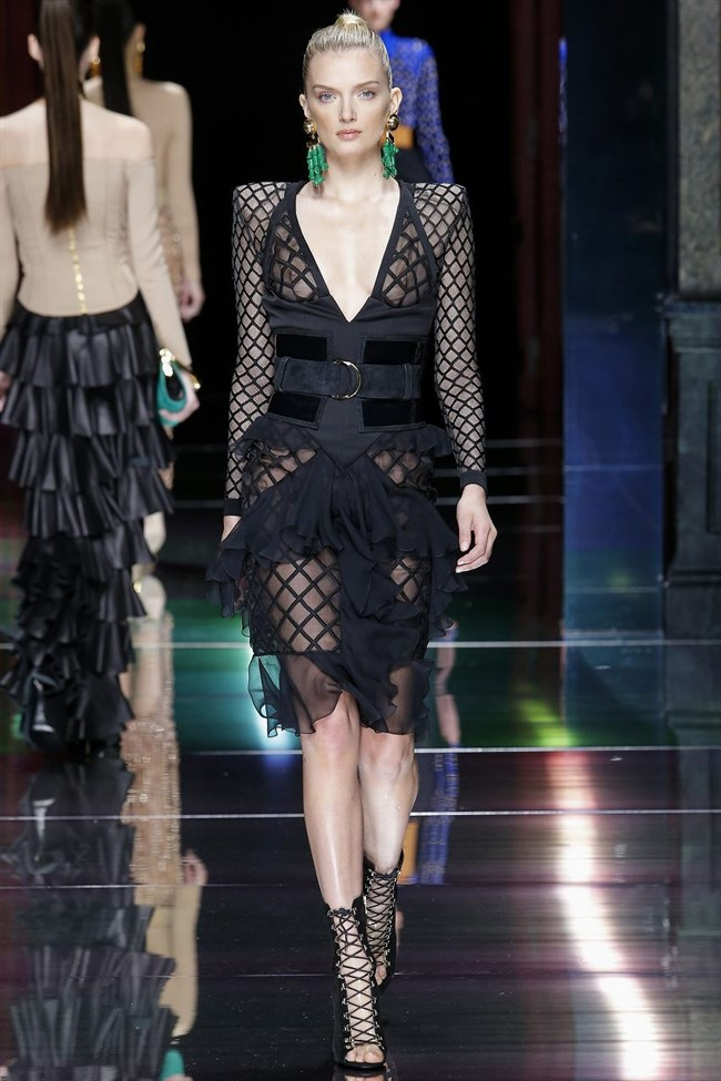 すっけすけ衣装で乳首が丸見えなのに平気でランウェイを歩くモデルのお姉さんwwww0002shikogin