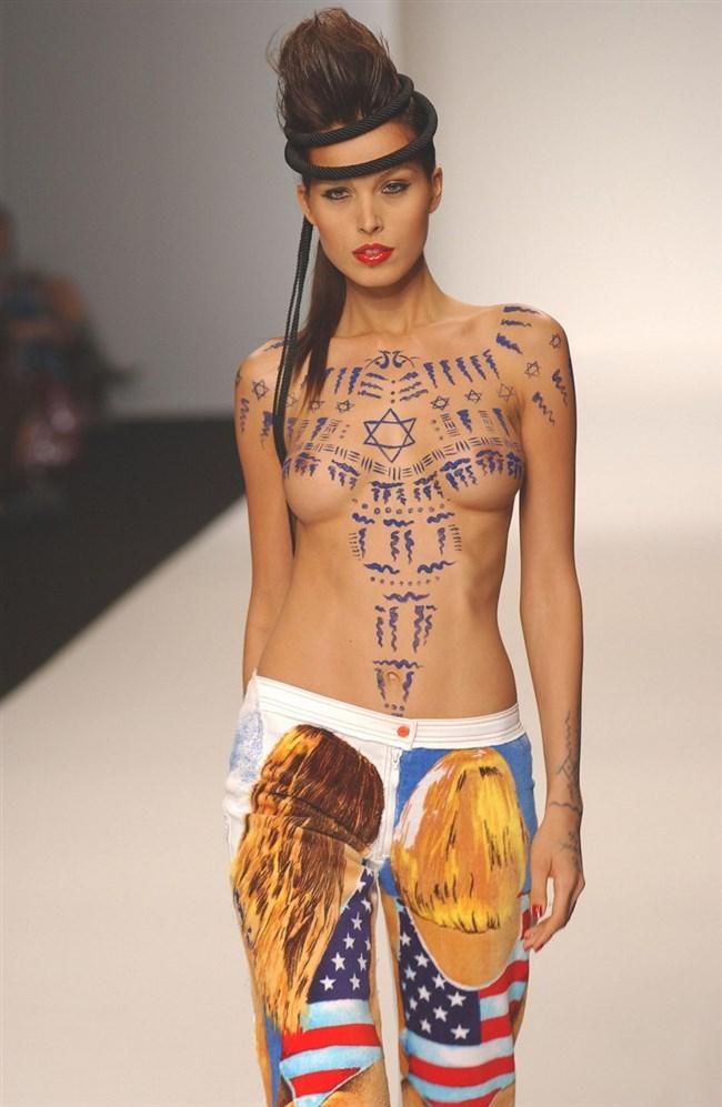 すっけすけ衣装で乳首が丸見えなのに平気でランウェイを歩くモデルのお姉さんwwww0003shikogin