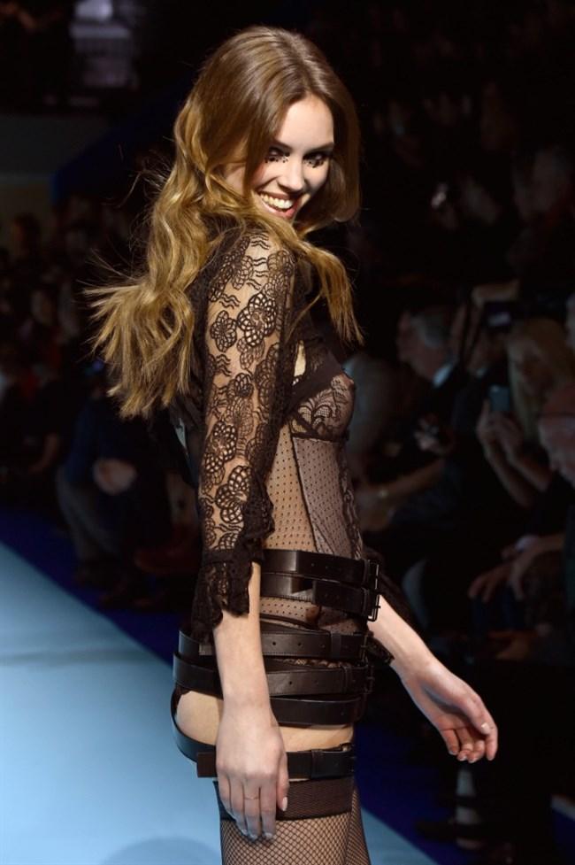 すっけすけ衣装で乳首が丸見えなのに平気でランウェイを歩くモデルのお姉さんwwww0004shikogin