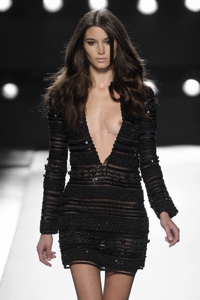 すっけすけ衣装で乳首が丸見えなのに平気でランウェイを歩くモデルのお姉さんwwww0005shikogin
