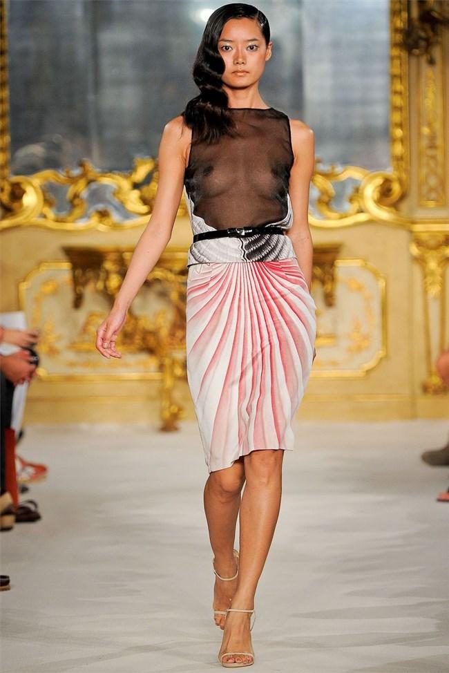すっけすけ衣装で乳首が丸見えなのに平気でランウェイを歩くモデルのお姉さんwwww0008shikogin