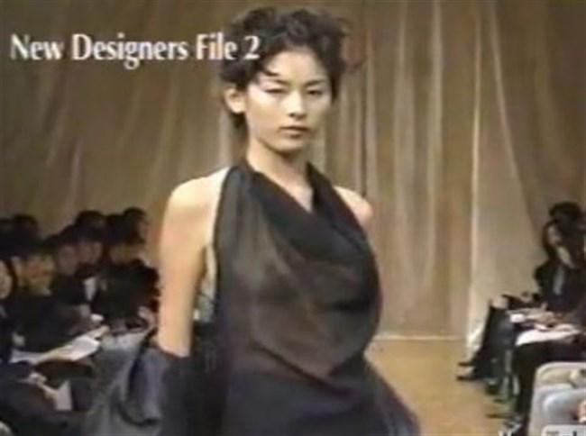 すっけすけ衣装で乳首が丸見えなのに平気でランウェイを歩くモデルのお姉さんwwww0022shikogin