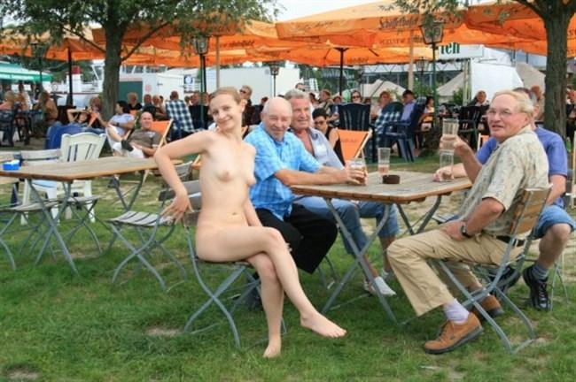 がっつり街の人に見られてる露出狂全裸女子がハイレベル過ぎwwww0012shikogin