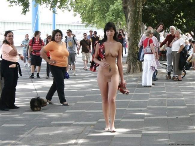 がっつり街の人に見られてる露出狂全裸女子がハイレベル過ぎwwww0023shikogin
