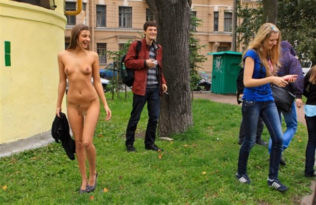 がっつり街の人に見られてる露出狂全裸女子がハイレベル過ぎwwww0024shikogin