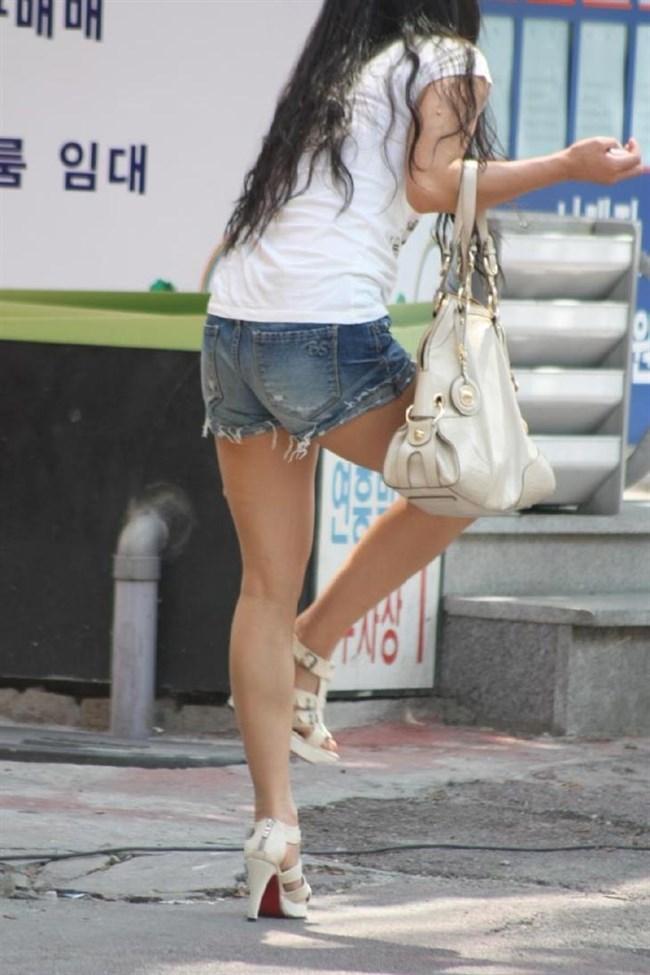 ミニスカ美脚を晒したパンチラ女子に足コキされたい願望は異常www0009shikogin