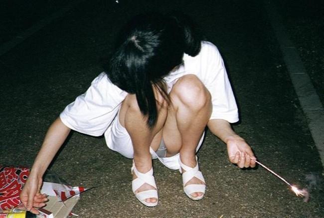 花火に夢中になりスカートの中を晒しちゃってるお姉さんwww0006shikogin