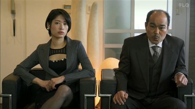 松田佳央理~ドラマ癒されたい男での胸チラと脚を組んだ姿でのパンチラ!0011shikogin