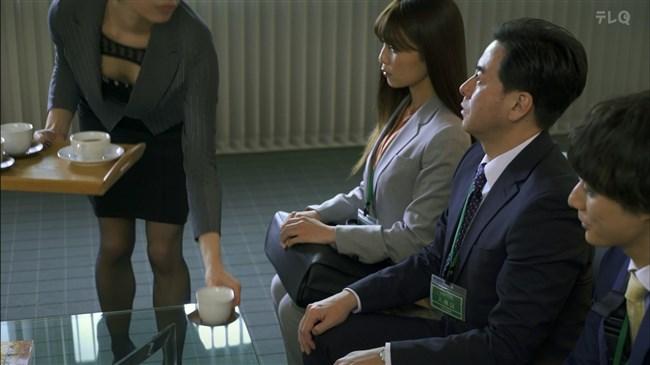 松田佳央理~ドラマ癒されたい男での胸チラと脚を組んだ姿でのパンチラ!0008shikogin