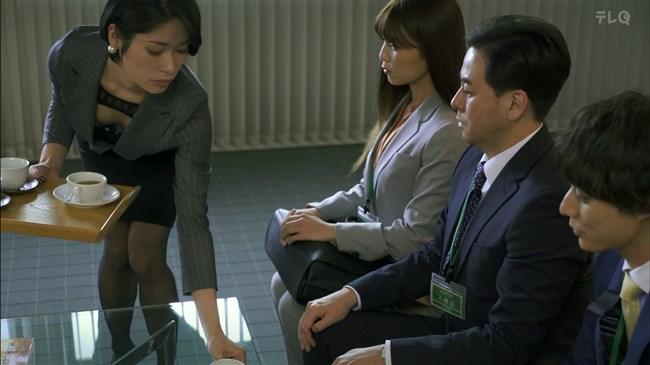 松田佳央理~ドラマ癒されたい男での胸チラと脚を組んだ姿でのパンチラ!0009shikogin