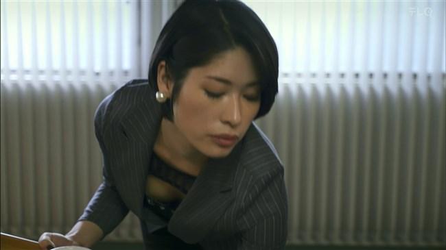 松田佳央理~ドラマ癒されたい男での胸チラと脚を組んだ姿でのパンチラ!0010shikogin