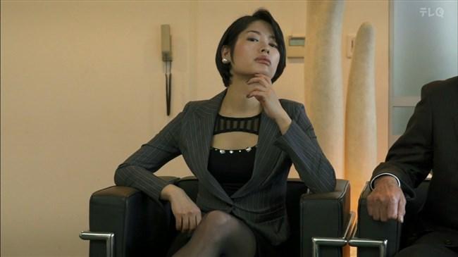 松田佳央理~ドラマ癒されたい男での胸チラと脚を組んだ姿でのパンチラ!0012shikogin