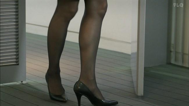 松田佳央理~ドラマ癒されたい男での胸チラと脚を組んだ姿でのパンチラ!0002shikogin