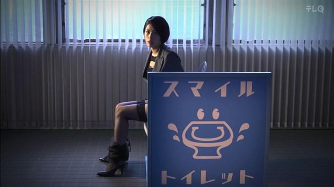 松田佳央理~ドラマ癒されたい男での胸チラと脚を組んだ姿でのパンチラ!0004shikogin