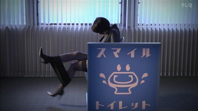 松田佳央理~ドラマ癒されたい男での胸チラと脚を組んだ姿でのパンチラ!0005shikogin