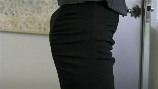 松田佳央理~ドラマ癒されたい男での胸チラと脚を組んだ姿でのパンチラ!0006shikogin