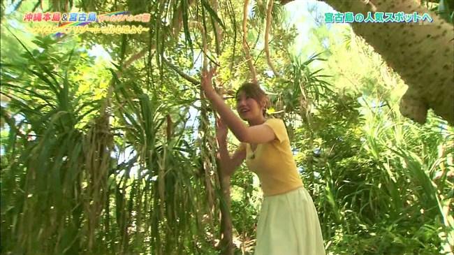 高橋友希~ゆったりハシゴ旅の沖縄ロケで前屈み大胆な胸チラが最強!0006shikogin
