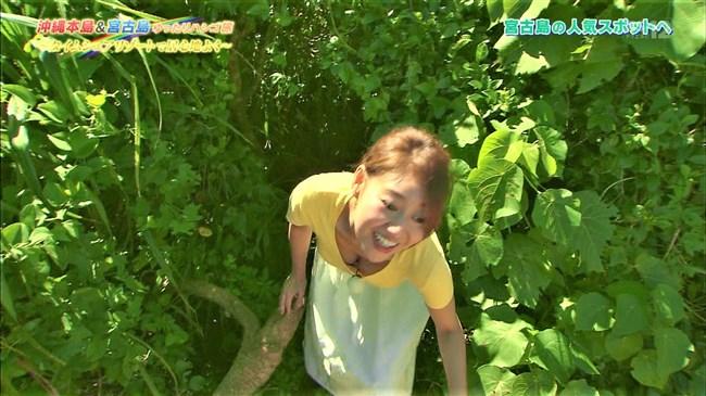 高橋友希~ゆったりハシゴ旅の沖縄ロケで前屈み大胆な胸チラが最強!0007shikogin