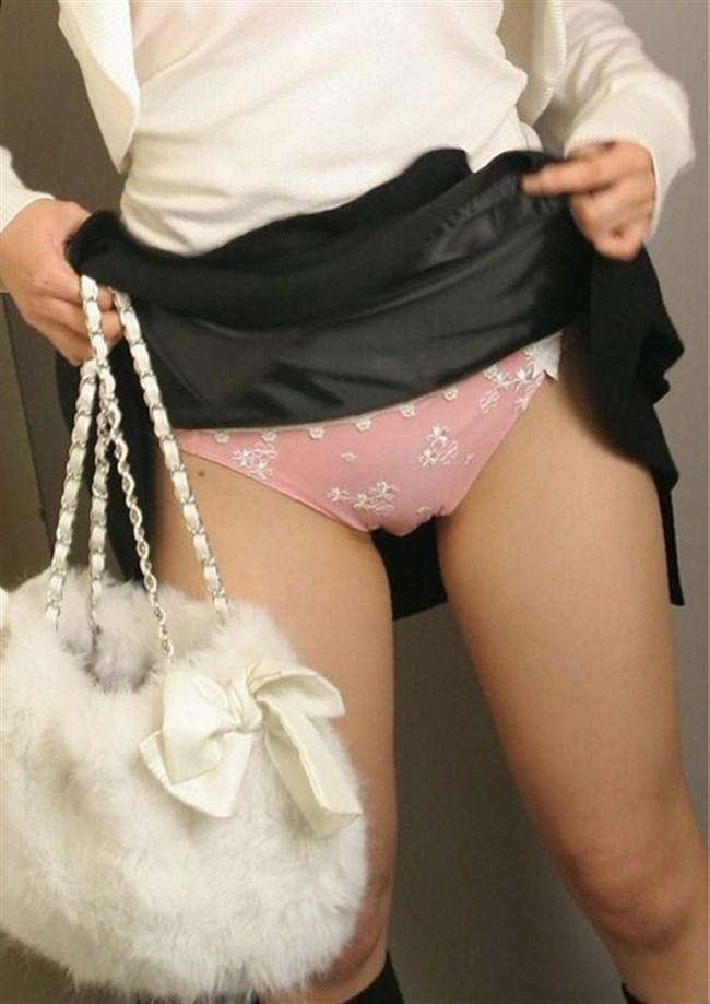 スカートたくし上げてパンツを見せてくれるノリの良いお姉さんwww0014shikogin