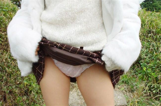 スカートたくし上げてパンツを見せてくれるノリの良いお姉さんwww0018shikogin