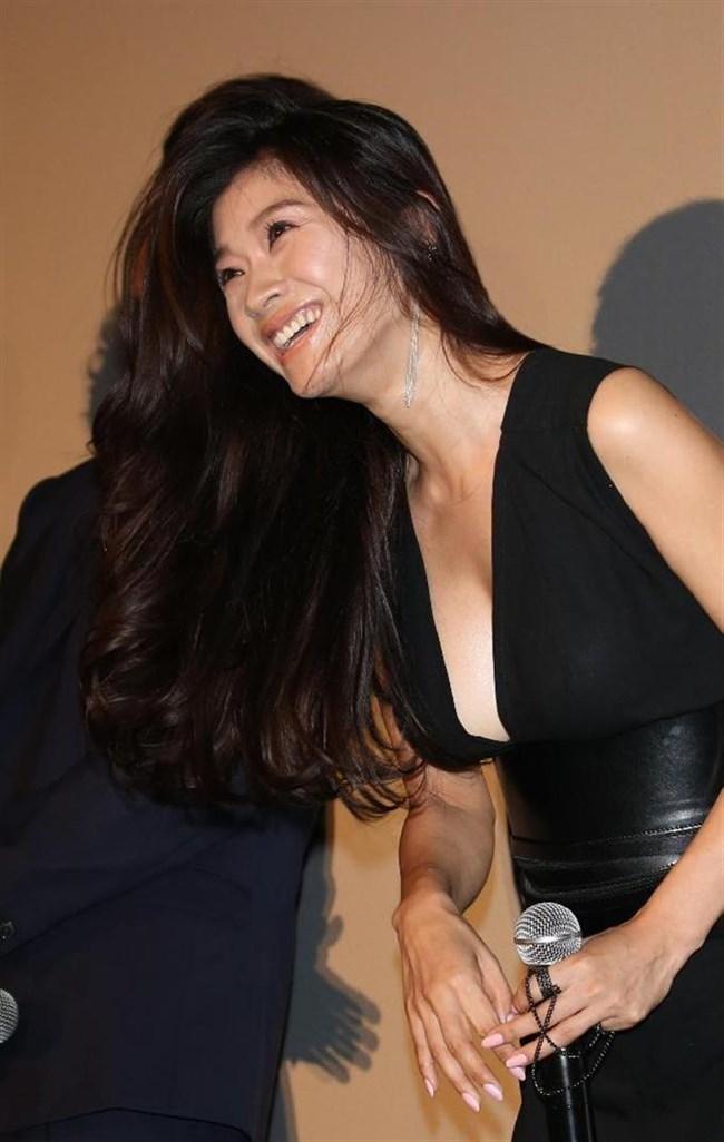 篠原涼子~授賞式などで見せた巨乳アピールのノーブラドレス姿に超興奮!0002shikogin