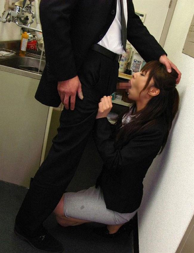 勤務中に社内の美人OLにフェラさせる妄想補助するエロ画像www0021shikogin