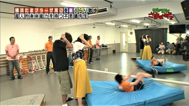 福田典子~モヤモヤさまぁ~ず2で薄手のスカート姿を強風が襲いヒップの形が鮮明に!0004shikogin
