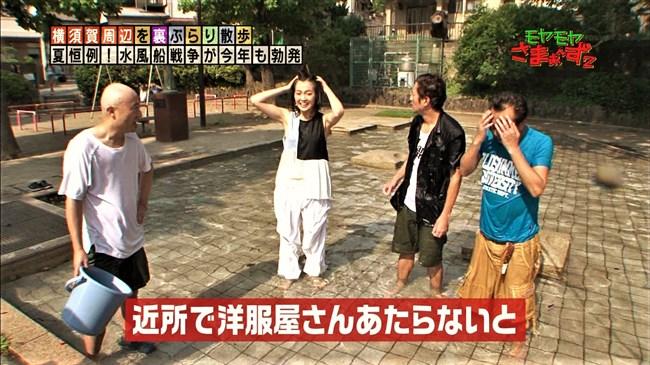 福田典子~モヤモヤさまぁ~ず2で薄手のスカート姿を強風が襲いヒップの形が鮮明に!0009shikogin