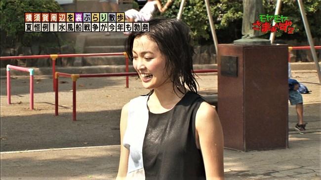 福田典子~モヤモヤさまぁ~ず2で薄手のスカート姿を強風が襲いヒップの形が鮮明に!0011shikogin