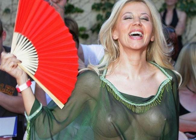 平気で乳首ポッチを公衆に晒す外国人女子が過激wwwww0015shikogin