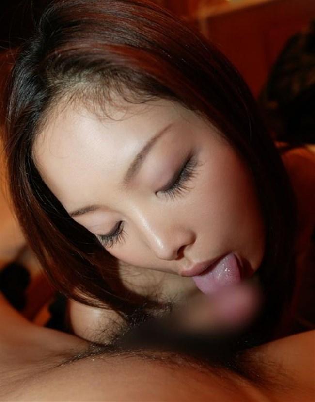 舌をいっぱい伸ばして亀頭や裏筋をチロチロ舐めてるご奉仕フェラ画像www0014shikogin