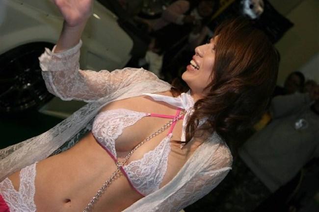 乳首ポロリや浮き出たマンスジが普通に晒されるキャンギャルの世界がスゴイ…。0004shikogin